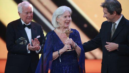 Lebenswerk National-Preisträgerin Christiane Hörbiger beim Gewinn ihrer dritten GOLDENEN KAMERA von Überraschungslaudator Peter Weck und ihrem Sohn Sascha Bigler überrascht.