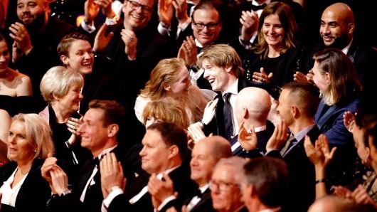 Das ultimative Überraschungsmoment der GOLDENEN KAMERA 2018: Louis Hofmann wird als Nachwuchspreisträger des Jahres bekannt gegeben.