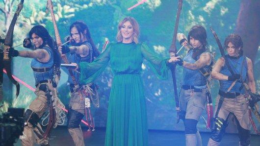 #YTGKDA-Moderatorin Jeannine Michaelsen im Kreise von Lara Croft-Lookalikes