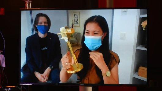 Preisträgerin Mai Thi Nguyen-Kim mit Joseph DeChangeman beim YouTube GOLDENE KAMWERA Digital Award 2020