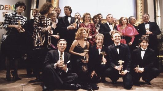 Preisträger 1988 (von links nach rechts, stehend): Andrea Scherell (SAT.1-Moderatorin), Jürgen von der Lippe (Moderator, Entertainer), Evelyn Hamann (Schauspielerin), Silvia Seidel (Schauspielerin, Anna), Armin Halle (SAT.1-Moderator), Udo Jürgens (Musiker), Diether Krebs (Schauspieler), Witta Pohl (Schauspielerin, Diese Drombuschs), Iris Berben (Schauspielerin), Rainer Holbe (RTL-Moderator), Kirk Douglas (Schauspieler), Hanns Joachim Friedrichs (Tagesthemen-Moderator), Christiane Hörbiger (Schauspielerin), Hermann Leitner (Regisseur), Sir Edmund Hillary (Bergsteiger, Filmemacher); unten, v. l.: Günter Pfitzmann (Schauspieler), Giuliana de Sio (Schauspielerin), Rainer Kohler und Georg Preusse (Mary & Gordy), Patrick Bach (Schauspieler, Anna)