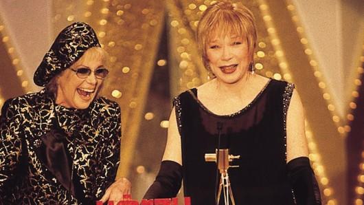 GOLDENEN KAMERA1997: Shirley McLaine (r.) mit Laudatorin Hildegard Knef