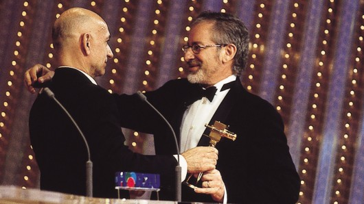 GOLDENE KAMERA 1999: Preisträger Steven Spielberg mit Laudator Ben Kingsley (l.)