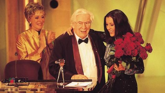 Laudatorin Caterina Valente (l.) mit Preisträger Sir Peter Ustinov und seiner Tochter Pavla (r.)