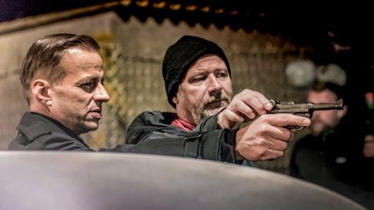Regisseur Andreas Prochaska beim Dreh mit Tom Wlaschiha (l.) für Das Boot.