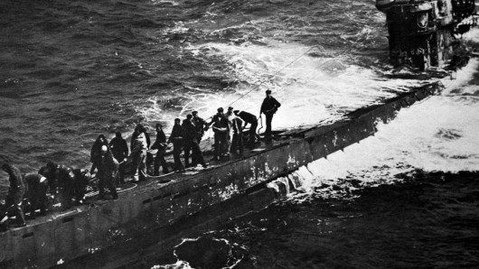 Die Mannschaft von U-505 ergibt sich, aufgebracht vom US-Flugzeugträger Guadalcanal.