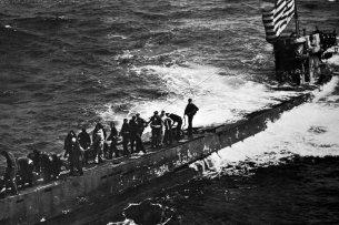"""Die Mannschaft von """"U-505"""" ergibt sich, aufgebracht vom US-Flugzeugträger """"Guadalcanal""""."""