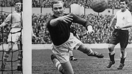 Bert Trautmann (1923 - 2013) in Aktion als Torhüter von Manchester City gegen die Tottenham Hotspurs an der White Hart Lane in London 1956.