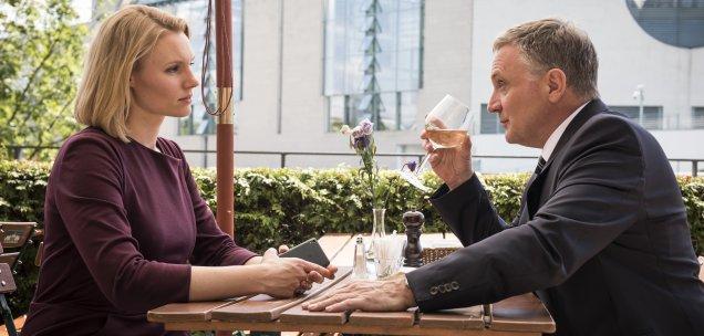 Wolfgang Zielert (Bernhard Schir) will Eva Blumenthal (Rosalie Thomass) als Lobbyistin gewinnen. Foto: Christoph Assmann, ZDF.