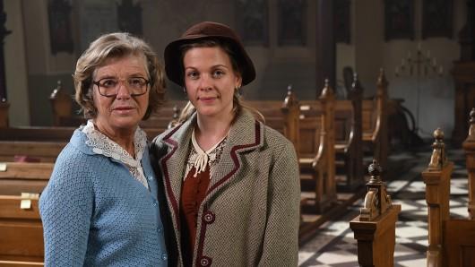 Jutta Speidel (Betty Janssen 1994) und Christiane Bärwald (Betty Janssen 1950) in Vettweiss am von Wir sind doch Schwestern.