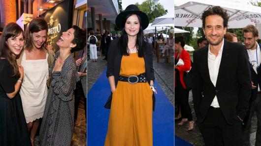 Ein Gast und die Schauspieler Jessica Schwarz, Jasmin Gerat, Anna Fischer und Oliver Momsen auf den Produzentenfest 2017 in Berlin.