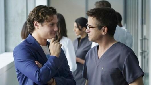 Milliardär und Krankenhaus-Start-Up-Unternehmer James Bell (Augustus Prew) will Dr. Walter Wallace (Dermot Mulroney, r.) engagieren.