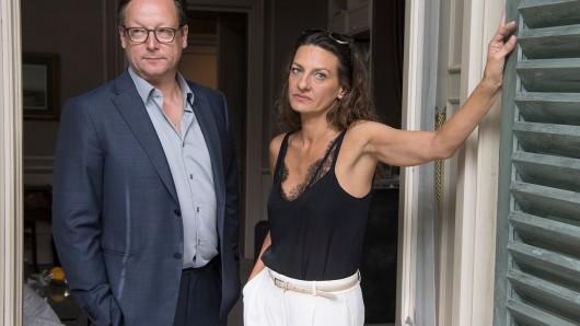 Die Schauspieler Catrin Striebeck und Matthias Brandt stehen am Set in Offenbach. Die beiden verkörpern in Toulouse ein seit kurzem getrenntes Ehepaar, welches unter dramatischen Umständen in einer Hotelsuite endgültig auseinander geht. Die Dreharbeiten enden Anfang September.