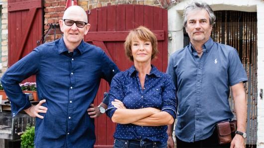 Foto: Regisseur Oliver Schmitz, Katrin Sass, Michael Bertl (Kamera, v.l.) Copyright: NDR/Maor Weisburd