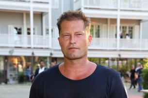 """Regisseur Til Schweiger vor seinem Hotel """"Barefoot"""" in Timmendorfer Strand."""