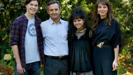 Agentin Saskia Starke (Petra Schmidt-Schaller, re.) und ihr Mann Richard (Harald Schrott) mit ihren Kindern, gespielt von Niklas Schlenger und Lilly Barshy.