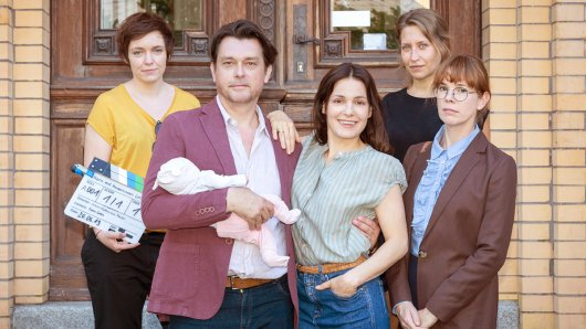 Regisseurin Anna Katharina Maier, Hary Prinz (Rolle Philipp Esch) mit Baby Isalie, Nicolette Krebitz (Rolle Katrin Wiedemann), Kamerafrau Doro Götz, Milena Dreissig (Rolle Frau Hödl) , (v.l.n.r.).