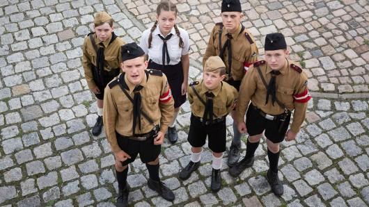 Der 10-jährige Anton (Juri Gayed) will zur Hitlerjugend gehören. Doch das sorgt für Streit mit seinem Vater.