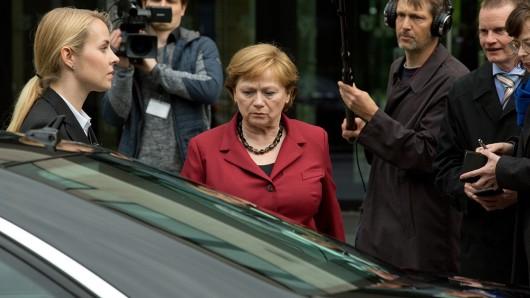 Angela Merkel (Imogen Kogge, M.) auf dem Weg zur ihrer Kanzler-Limousine.