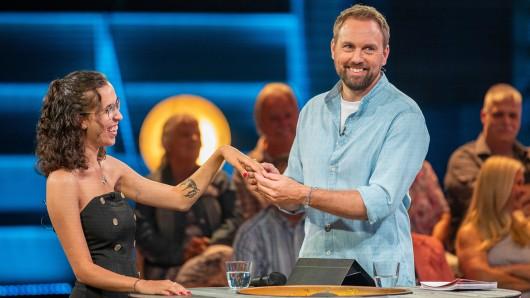 Steven Gätjen überrascht in der ersten Folgen der neuen Show Sorry für alles Kandidatin Alisa.