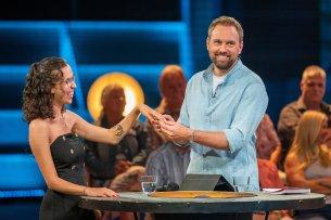 """Steven Gätjen überrascht in der ersten Folgen der neuen Show """"Sorry für alles"""" Kandidatin Alisa."""