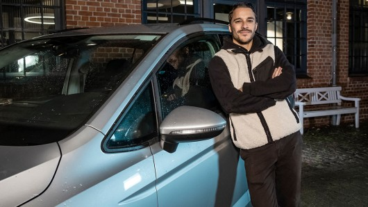 Kostja Ullmann bei den Dreharbeiten in Hamburg zur neuen Serie Aus dem Tagebuch eines Uber-Fahrers