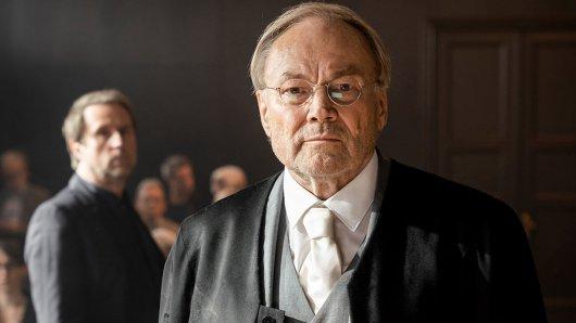 Der Feind - Recht oder Gerechtigkeit nach Ferdinand von Schirach (AT): Klaus Maria Brandauer (Rolle Konrad Biegler, vorne) und Bjarne Mädel (Rolle Peter Nadler).