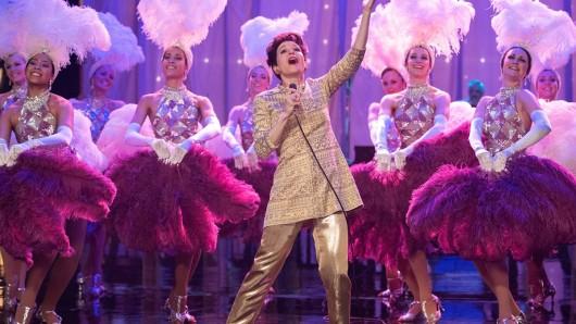 Renée Zellweger als Showikone Judy Garland auf der Bühne.