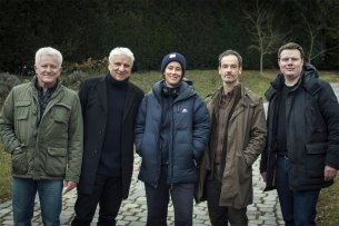 """Die Darsteller Miroslav Nemec und Udo Wachtveitl, Regisseurin Pia Strietmann, Darsteller Jörg Hartmann sowie Produzent Michael Polle (v.l.n.r.) am Münchner Set des """"Tatort: In der Familie"""""""