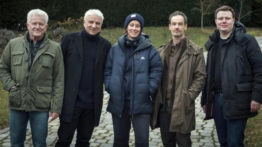 Die Darsteller Miroslav Nemec und Udo Wachtveitl, Regisseurin Pia Strietmann, Darsteller Jörg Hartmann sowie Produzent Michael Polle (v.l.n.r.) am Münchner Set des Tatort: In der Familie