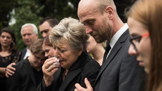 In Trauer: Helga (Marie-Luise Marjan) und Sohn Klaus Beimer (Moritz A. Sachs).