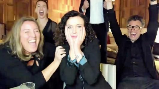 Maria Schrader freut sich über ihren Emmy in der Live-Schalte nach Los Angeles am Sonntagabend (Ortszeit), umgeben von einigen Mitgliedern des Teams.