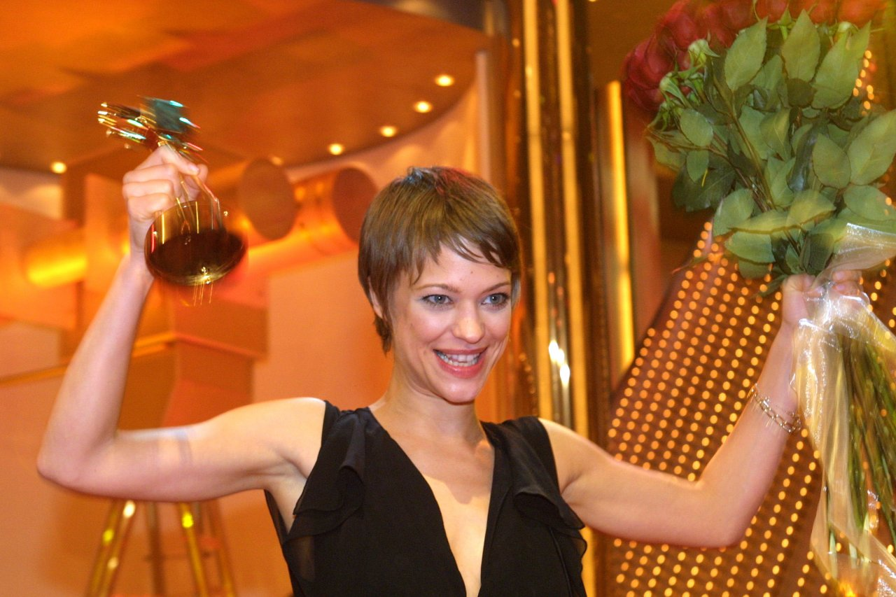 """Heike Makatsch feiert 2002 ihre GOLDENE KAMERA als """"Beste deutsche Schauspielerin"""""""