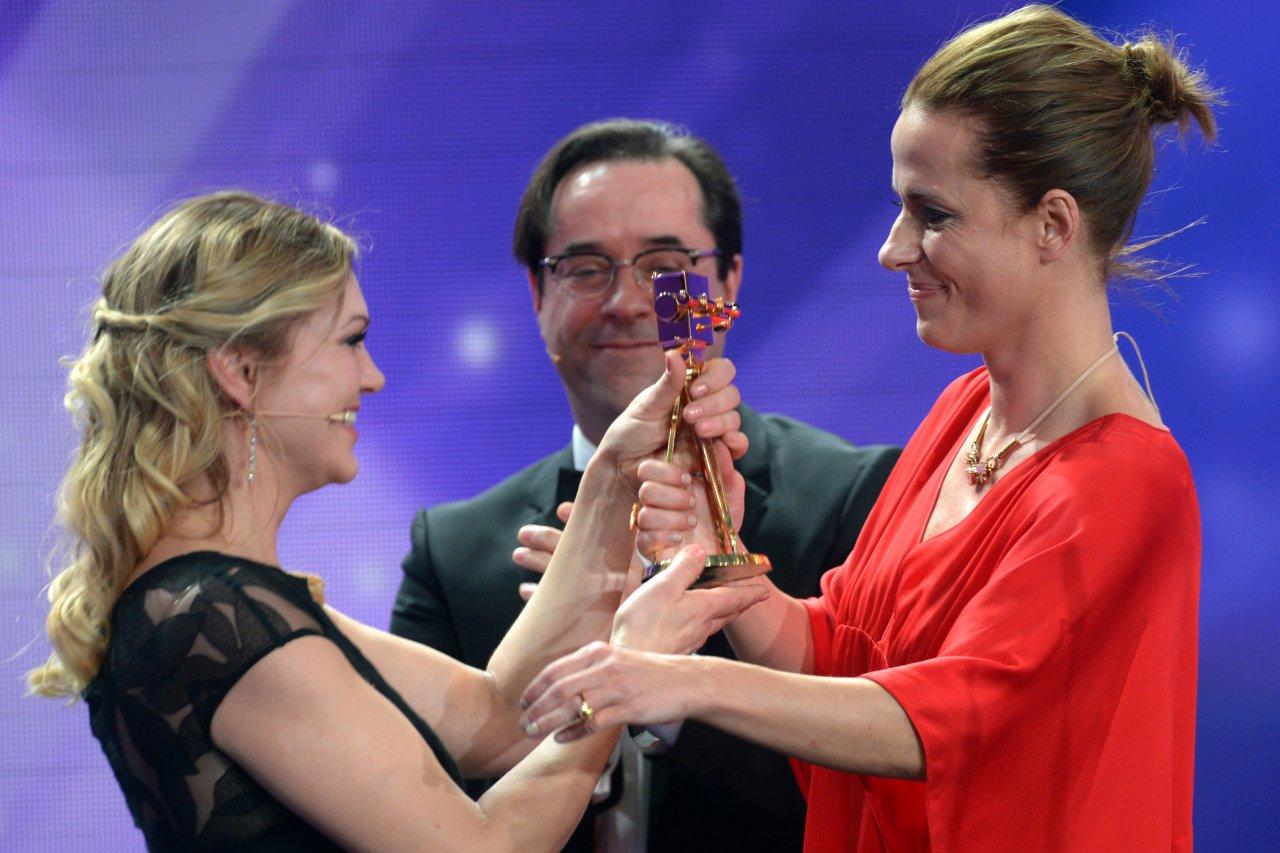 Goldener Flashback: Anna Loos und Jan Josef Liefers überreichen Claudia Michelsen 2013 ihre erste GOLDENE KAMERA