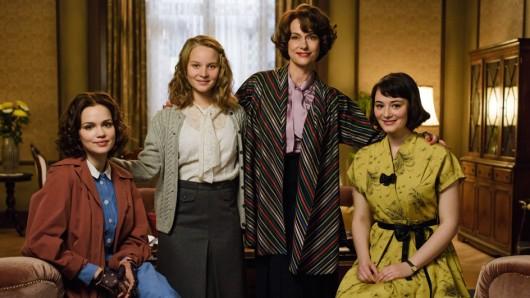 Caterina Schöllack (Claudia Michelsen, Mitte rechts) mit ihren Töchtern Eva Schöllack (Emilia Schüle, l.), Monika Schöllack (Sonja Gerhardt, Mitte links) und Helga Schöllack (Maria Ehrich, r.).