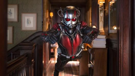 Der schrumpfende Ant-Man (Paul Rudd) fliegt