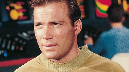 Pretty in senfgelb: Zum Dienstantritt am 8. September 1966 in seiner Paraderolle als Captain James T. Kirk war 35 Jahre alt     © SyFy