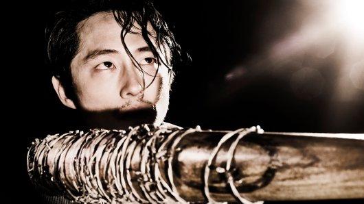Kein Spoiler mehr: Fan-Favorit Glenn (Steven Yuen) geht zum Auftakt der 7. Walking Dead-Staffel über den Jordan. Ein schockierender Neuzugang für die schockierendsten Serien-Tode aller Zeiten... © AMC