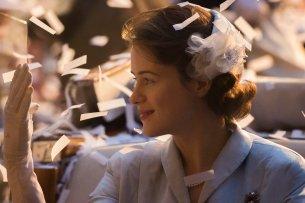 """Claire Foy (33) in ihrer schönsten Rolle: als Elisabeth II. in der Netflix-Serie """"The Crown"""" (2016)."""