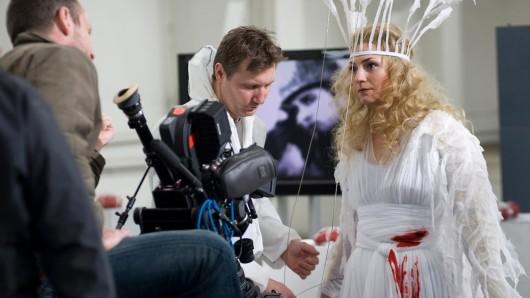 Tatort: Heimatfront: Die Leiche Viktoria Schneider (Sophie Dolibois) wird geschminkt.