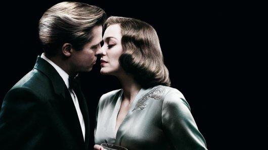Marion Cotillard und Brad Pitt auf dem Posterartwork zu Allied - Vertraute Fremde