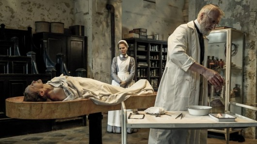 Ida (Alicia von Rittberg) entdeckt ihre Leidenschaft für die Medizin
