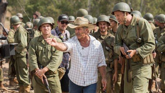 Hacksaw Ridge-Regisseur Mel Gibson weist Darsteller Vince Vaughn (r.) in die Richtung der Schlacht