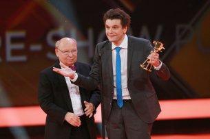 """Comedians Hans-Joachim Heist (l) und Lutz van der Horst aus der ZDF-""""heute-show"""" werden in der Kategorie """"Beliebteste Satire-Show"""" ausgezeichnet."""