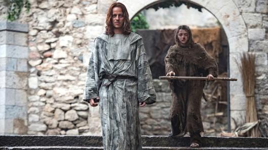 Jaqen H'ghar (Tom Wlaschiha) mit seiner Schülerin Arya Stark (Maisie Williams)