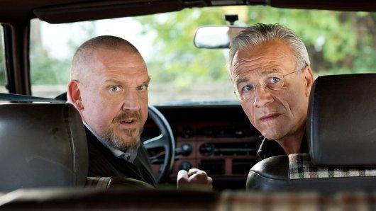 Die Kommissare Freddy Schenk (Dietmar Bär, l) und Max Ballauf (Klaus J. Behrendt, r) beobachten aus dem Auto heraus, was sich in der Nachbarschaft des Ermordeten tut.