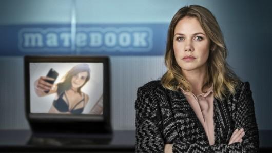 Als ein Nacktbild ihrer 16-jährigen Tochter im Internet auftaucht und die Familie erpresst wird, will Charlotte (Felicitas Woll) Gerechtigkeit.