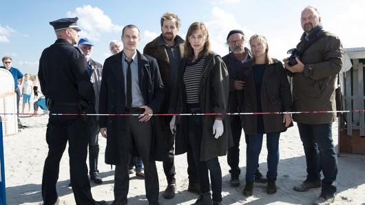 Rupert (Barnaby Metschurat, l.), Weller (Christian Erdmann, M.) und Ann Kathrin Klaasen (Christiane Paul, r.) wurden schon wieder zu einem Tatort gerufen - die zweite Leiche innerhalb einer Nacht.