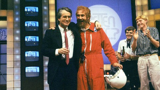 Frank Elstner und Kollege Kurt Felix, dem es 1985 gelang den Showmaster mit versteckter Kamera zu überlisten, in dem er sich als Co-Pilot bei der Hubschrauber-Wette einschlich.