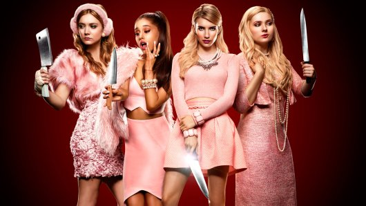 Die Scream Queens (v.l.n.r.): Chanel #3 (Billie Lourd), Chanel #2 (Ariana Grande), Chanel Oberlin (Emma Roberts) und Chanel #5 (Abigail Breslin) © 2015 Fox Broadcasting Co.